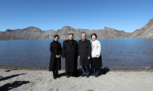 Lãnh đạo Triều Tiên Kim Jong-un (thứ hai bên trái) và Tổng thống Hàn Quốc Moon Jae-in (thứ hai bên phải) cùng hai phu nhân chụp ảnh bên hồ nước trên núi Paektu hôm nay. Ảnh: Reuters.