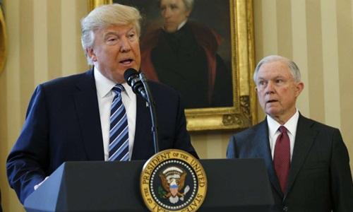 Tổng thống Mỹ Donald Trump (trái) và Bộ trưởng Tư Pháp Jeff Sessions trong một cuộc họp báo ở Nhà Trắng. Ảnh: Reuters.