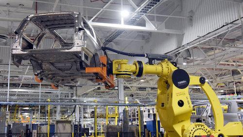 Rô-bốt lắp rắp ôtô tại một nhà máy. Ảnh: Autoblog.