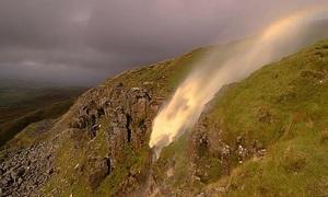 Thác nước chảy lộn ngược lên trời trong gió bão