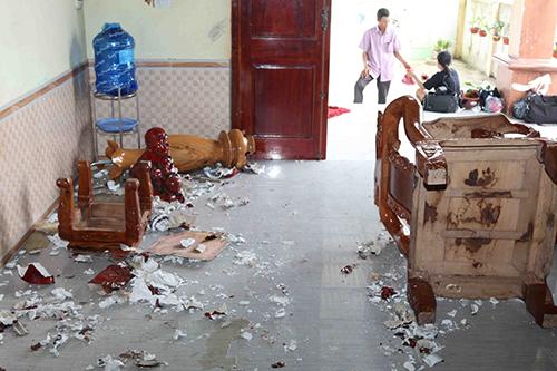 Nhiều đồ đạc trong nhà bị Quân đập phá, xô đổ. Ảnh: Ngô Quang Văn