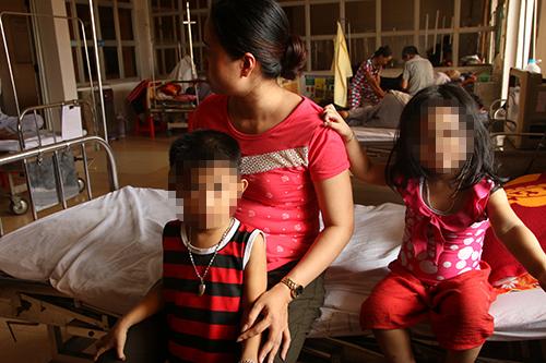 Ba cháu nhỏ cùng mẹ phải đến bệnh viện chăm sóc sức khoẻ. Ảnh: Ánh Dương