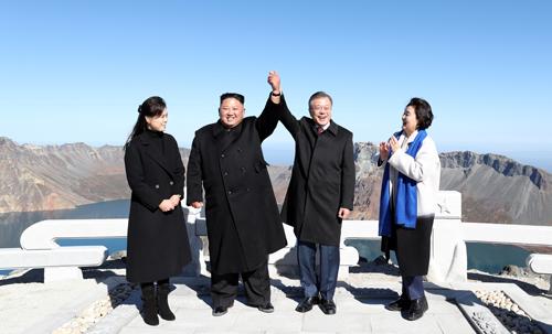 Lãnh đạo Triều Tiên Kim Jong-un (trái) và Tổng thống Hàn Quốc Moon Jae-in chụp ảnh cùng các phu nhân trên đỉnh núi Paektu hôm nay. Ảnh: Reuters.