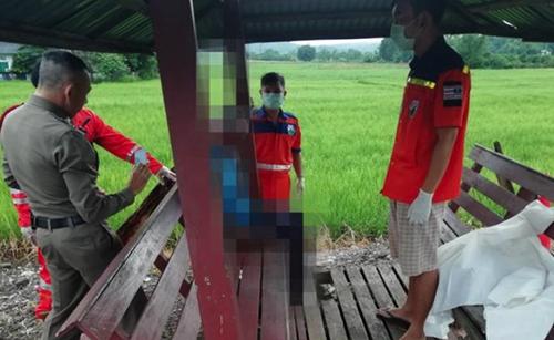 Cảnh sát làm việc tại bến xe buýt ở Chiang Mai, Thái Lan, nơi phát hiện thi thể trong tình trạng ngồi sáng sớm nay. Ảnh: Thai Rath