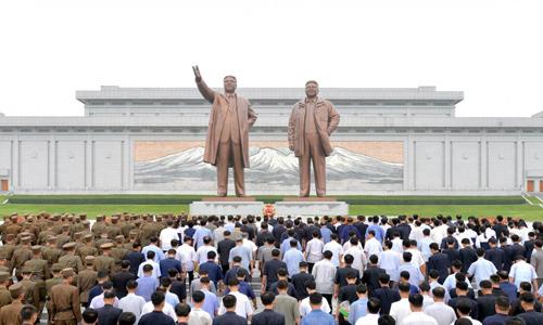Hình ảnh núi Paektu trên bức khảm đằng sau bức tượnghai cố lãnh đạo Kim Nhật Thành và Kim Jong-il tại Bình Nhưỡng. Ảnh: KCNA.