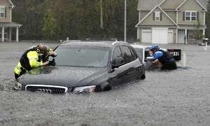 Hàng chục nghìn ôtô ngập nước trong mưa bão ở Mỹ