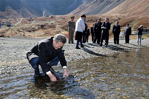 Tổng thống Hàn QuốcMoon dùng một chai nhựalấy nước từ hồ trên núi Paektu hôm nay. Ảnh: Reuters.