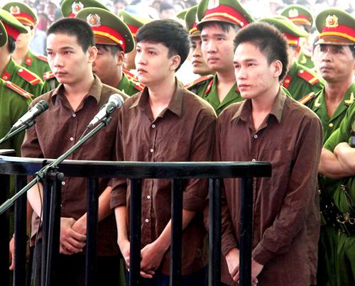 Vũ Văn Tiến (bìa trái), Nguyễn Hải Dưỡng và Trần Đình Thoại trong phiên tòa xét xử lưu động. Ảnh: Phước Tuấn