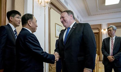 Ngoại trưởng Mike Pompeo (thứ hai, bên phải) bắt tay ông trùm tình báo Triều TiênKim Yong Chol tại Bình Nhưỡng ngày 6/6. Ảnh: AFP.