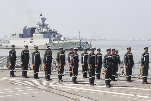 Tàu và lính hải quân Ấn Độ trong chuyến thăm Việt Nam hồi tháng 5. Ảnh: Nguyễn Đông.