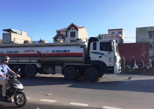 Xe bồn chở xăng dầu va chạm xe máy, hai công nhân tử vong