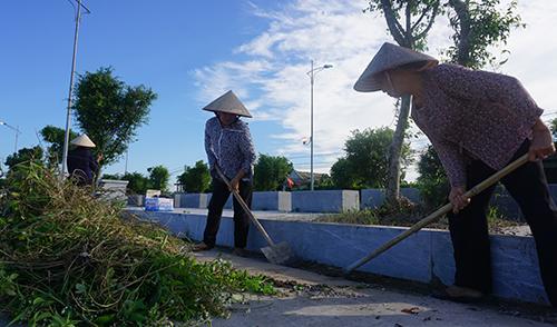 Chiều nay, người dân ở quê nhà ra đường chỉnh trang đường sá, dọn dẹp vệ sinh chờ đón thi hài cố chủ tịch nước . Ảnh: Lê Hoàng.