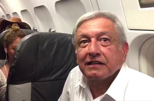 Tổng thống đắc cử của Mexico Andrés Manuel López Obrador trên máy bay chở khách bị trễ chuyến 4 giờ do thời tiết xấu hôm 19/9. Ảnh: Reuters
