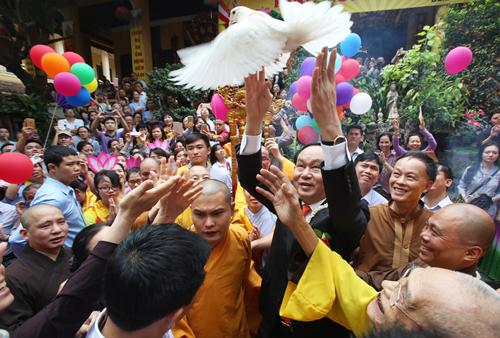 Chủ tịch nước Trần Đại Quang thả chim phóng sinh khi dự Đại lễ Phật Đảntại chùa Quán Sứ (Hà Nội), sáng 21/5 (15/4 âm lịch).