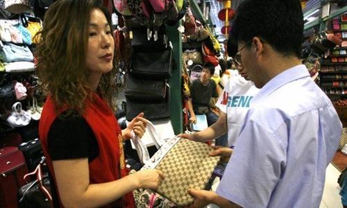 Túi xách nhái được bày bán tại chợ ở Bắc Kinhtháng 6/2006. Ảnh: AFP.