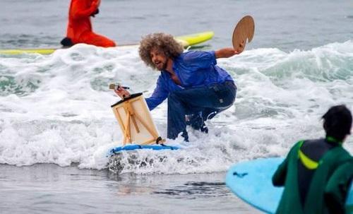 Khi bạn muốn vẽ tranh nhưng vợ bắt phải đi lướt ván.