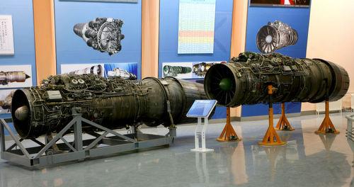 Động cơ AL-31F Nga (trái) và WS-10A Trung Quốc. Ảnh: Sina.