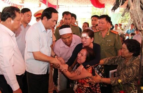 Tháng 7/2015, khi còn làm Bộ trưởng Công an, cố Chủ tịch nước Trần Đại Quang đến hiện trường vụ thảm án ở Bình Phước thăm hỏi động viên gia đình nạn nhân và chỉ đạo các đơn vị phá án.Ảnh: Bộ Công an
