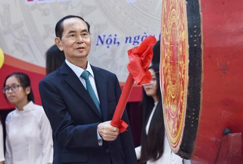 Ngày 5/9, Chủ tịch nước Trần Đại Quang đánh trống khai giảng tại trường THPT Chu Văn An, Hà Nội. Ảnh: Giang Huy
