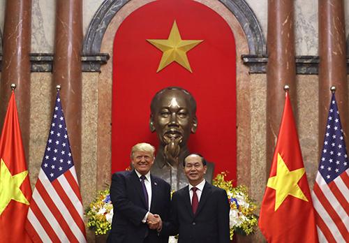 Chủ tịch nước Trần Đại Quang tiếp đón Tổng thống Donald J. Trump tại Phủ Chủ tịch, Hà Nội tháng 11 năm 2017.