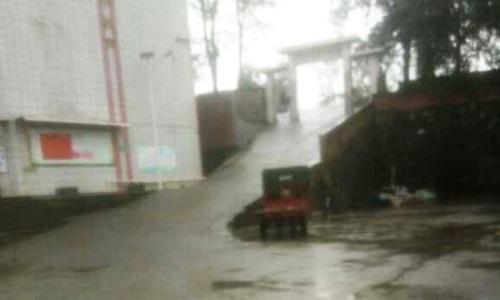 Con dốc ở trường Xinshao số 2nơi hai học sinh bị phạt nhảy ếch hôm 16/9. Ảnh: Thepaper.cn