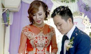 Sao lại 'ném đá' cô dâu 62 tuổi cưới chú rể 26 tuổi ?