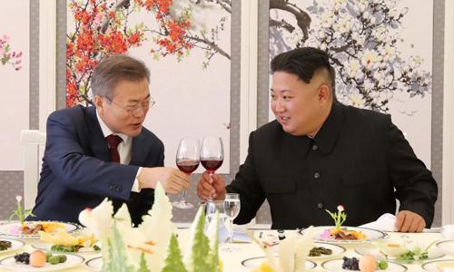 Lãnh đạo Triều Tiên Kim Jong-un (phải) và Tổng thống Hàn Quốc Moon Jae-in hôm 20/9 dùng bữa tại nhà khách Samjiyon ở tỉnh Ryanggang, Triều Tiên. Ảnh: Reuters.