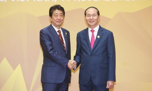 Chủ tịch nước Trần Đại Quang, phải, tiếp Thủ tướng Nhật Bản Abe đến dự APEC 2017 tại Đà Nẵng. Ảnh: TTXVN.
