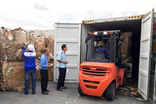 Hải quan Bình Dương đang kiểm tra một container giấy phế liệu tại Cảng Tổng hợp Bình Dương.