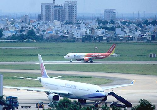 Sân bay Tân Sơn Nhất sẽ được mở rộng cả về phía bắc và nam. Ảnh: Đ.Loan
