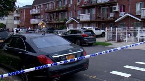 Cảnh sát phong tỏa khu nhà xảy ra vụ đâm dao ở  vùng Queens, ngoại ô New York, vào khoảng 3h45 sáng 21/9