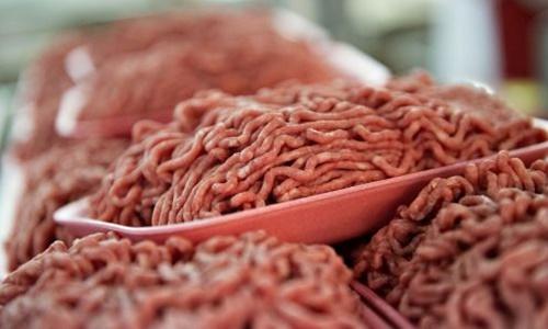 Những khay thịt bò xay được bày bán tại một siêu thị Mỹ. Ảnh: AFP.