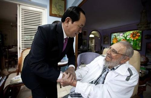 Chủ tịch nước ta Trần Đại Quang đến thăm lãnh tụ Fidel Castro sau khi tới thủ đô Havana ngày 15/11/2016. Ảnh: AP.