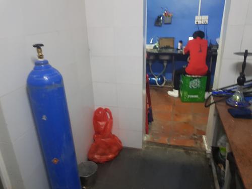Bình khí N2O được dùng để bơm bóng cười tại quán cafe.
