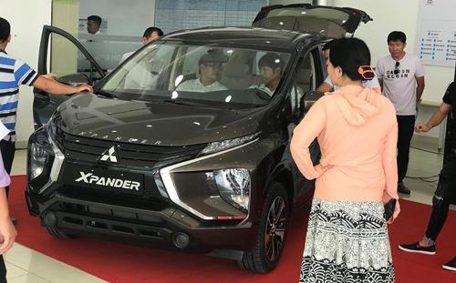 Khách hàng tìm hiểu chiếc Mitsubishi X-Pander mới tại một đại lý xe ở Đà Nẵng.