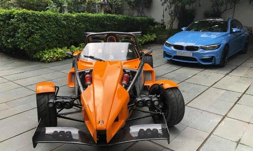 Ariel Atom 3S (màu cam) đầu tiên về Việt Nam thuộc sở hữu của một người chơi xe tại Sài Gòn. Ảnh: FB.