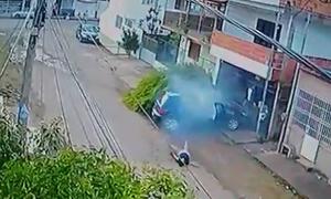 Người đi xe đạp thoát chết sau cú tông chí mạng