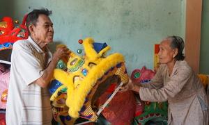 Vợ chồng 80 tuổi nửa thế kỷ làm đầu lân