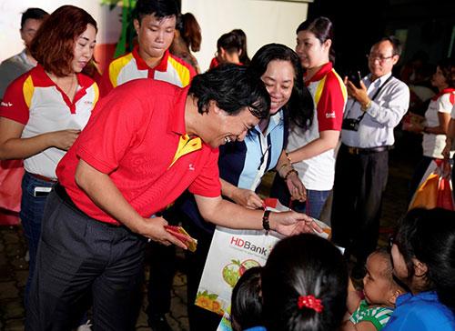 Anh Nguyễn Đức Thịnh  Phó tổng giám đốc Vietjet tươi cười tặng từng bé những chiếc lồng đèn, từng gói quà hạnh phúc.