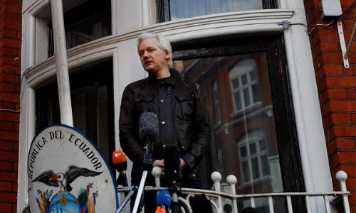 Nhà sáng lập WikiLeaks Julian Assange phát biểu tại ban công đại sứ quán Ecuador tại London hôm 19/5/2017. Ảnh: Reuters.
