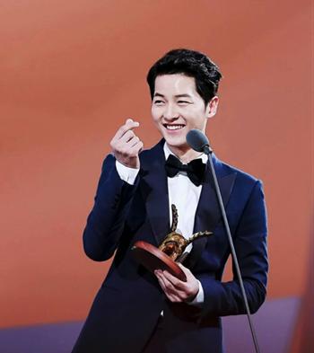 Diễn viên Hàn Quốc Song Joong-ki làm biểu tượng bắn tim trao một lễ trao giải năm 2016. Ảnh: Twitter.