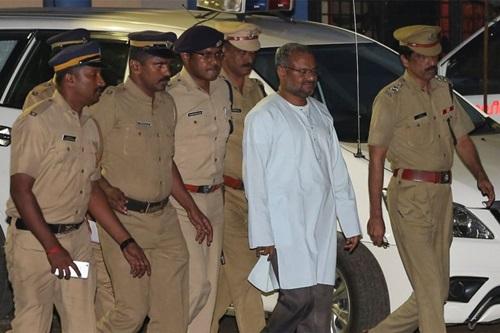 Giám mục Franco Mulakkal bị cảnh sát áp giải ở thành phố Kochi, bang Kerala, phía nam Ấn Độ hôm 21/9. Ảnh: Reuters.