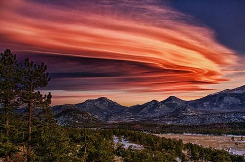 Đám mây màu đỏ nhìn như sát gần với mặt đất. Ảnh: ST.