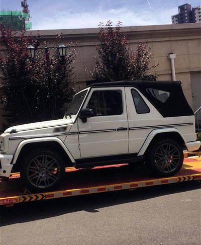 Chiếc Mercedes G350 bị rách mui và được vá chứ không thay mới.