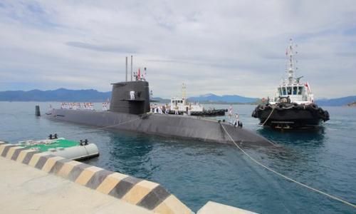 Tàu ngầm Kuroshio của Nhật Bản cập cảng Cam Ranh của Việt Nam hôm 17/9. Ảnh: QĐND.