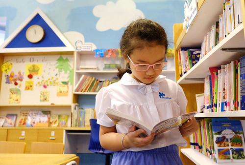 Sách giáo khoa là sản phẩm độc quyền của Nhà xuất bản Giáo dục Việt Nam 60 năm qua. Ảnh học sinh đọc sách trong thư viện: Quỳnh Trang.