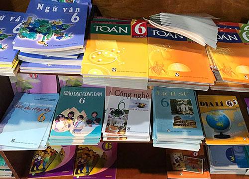 Sách giáo khoa được bày bán ở các nhà sách tại Hà Nội. Ảnh: Dương Tâm.
