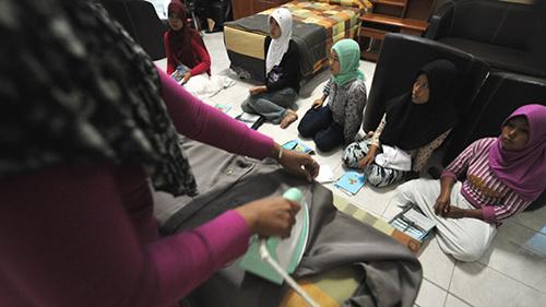 Người giúp việc Indonesia tại một trung tâm đào tạo ở Jakarta trước khi sang Arab Saudi làm việc. Ảnh: AFP