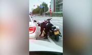 Nữ biker nhặt rác, ném trả lại cho người trên ôtô