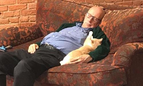 Mỗi lần ông Laurmen ngủ gật cùng mèo, nhân viên trại cứu hộ sẽ chụp ảnh lại. Ảnh: CNN.